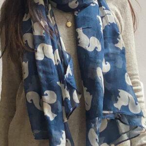 Shawl blauw met witte eekhoorns